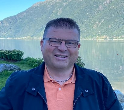 UROA FOR DEI UNGE: Arve Helle er lokalpolitikar og aktiv i Dale IL fotball. Han hatt leiarverv i klubben i 30 år og har også tillitsverv både i krets- og forbund.