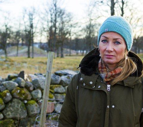 Fortvilet: Cathrine Engebretsen håper at hærverket snart kan ta slutt. Innfeldt: faksimile Gjengangeren 17. november 2016.Alle foto: Martine Billing