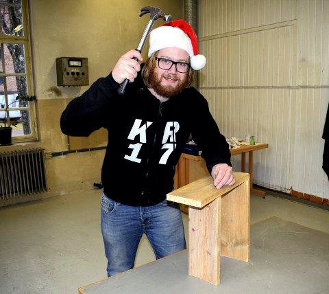 SNEKKER: Fredrik Fagerli Dahle inviteter barna til å snekre fuglekasser i Artilleriverkstedet under juilemarkedet.