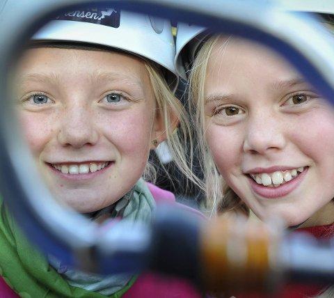 FORNØYDE: Hanna Iost Pekeberg og Katrine Indgjerd Holter ser fram til nye opplevelser i parken.