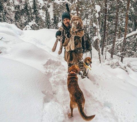 Kenneth Kleven Hvattum (28) felte en gaupe på 19,5 kilo på Fåvang lørdag og hadde god hjelp av hundene Jazz og Louhi.
