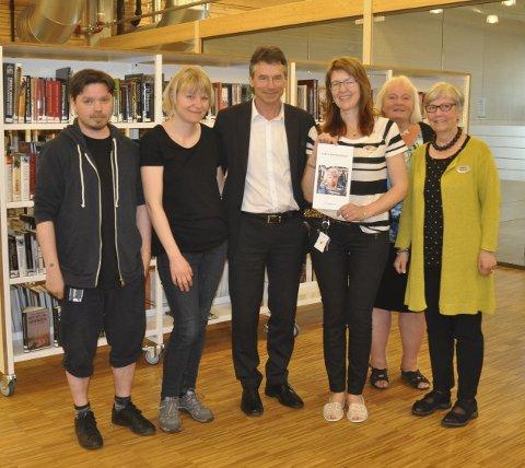 Takknemlige for pengene: Frode Pettersen (f.v.), Stine Andrea Heggen, Tor Haug (DNB), Wenche Nyaas, Wenche Høy og Bjørg Marit Røkstad  viser fram gavekortet på 87.000 kroner.
