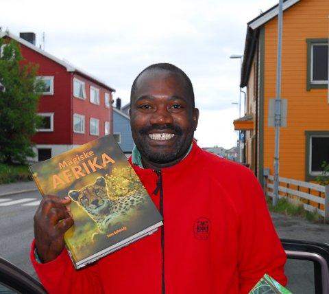JOBBER FOR ET BEDRE LIV: Når Andrew Sita fra Uganda går rundt fra dør til dør i Vadsø for å selge bøker, er det for å få støtte til utdanningen sin i hjemlandet.