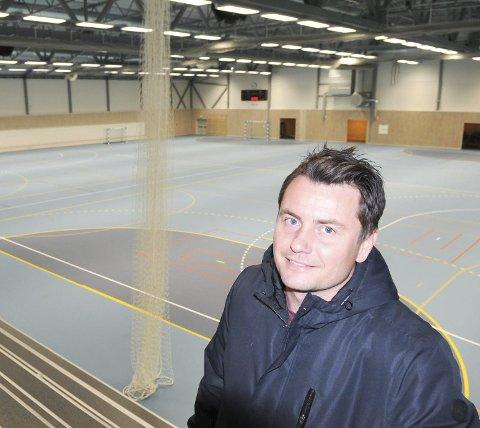ENDELIG: Daglig leder i Fet IL Atle Søgård viser stolt fram Eika Fet Arena, klubbens nye storstue. Her de to parallelle håndballbanene med publikumskapasitet til 600. begge Foto: Øivind Eriksen