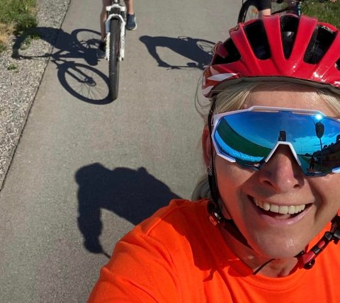 SMILER HELE VEIEN: Heidi Åsland Slåttsveen er på god vei til å nå målet med mannen og søsteren. Målet er å samle inn 50.000 kroner før lørdag.
