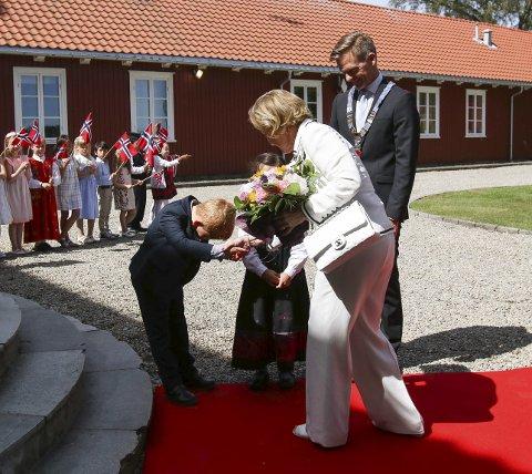 STASELIG: Oscar Emil Haugen Olsen bukket så flott som dette for Dronningen ved Galleri F 15 lørdag.