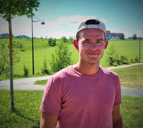 Han er 23 år, han melder stort, han er breddefotballens fargeklatt, han spiller på Tiller, han har glendret mot RBK og han er klønete på ski. Andreas Fossli kan du bli bedre kjent med de neste minuttene.