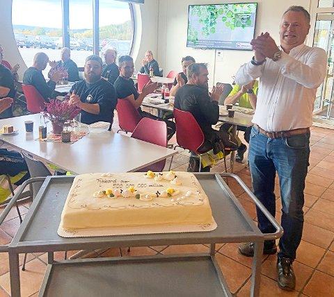 MILLIONKAKA: Salget i Overhalla Betongbygg går så det knaker. Administrerende direktør Arnt Ove Amdal serverte kake til lunsj for å markere at selskapet så langt i år har landet kontrakter til en verdi av 500 millioner kroner.