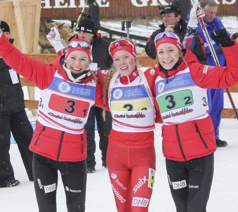 FORNØYDE: Kristina Skjevdal (t.v.), Karoline Erdal og Emilie Ågheim Kalkenberg ogtok bronse i stafetten under junior-VM i Romania i dag. Foto: Lene M. Tønnesen