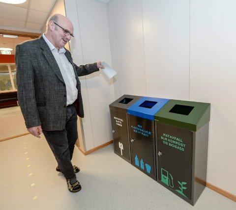 SORTERING: Rektor Knut Kaspersen ved Hauknes skole ser fram til at skolen skal være i front på sortering av søppel. Foto: Øyvind Bratt