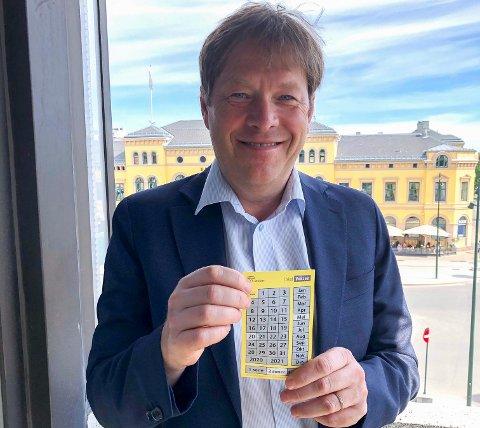 SKRAPEBILLETT: Brakar-direktør Terje Sundfjord med en skrapebillett som er tatt i bruk i forbindelse med korona-tiltakene.