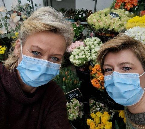 GIR SEG: Heidi Øien og Torill Rolund vil ikke lenger drive blomsterbutikken på Vik i Hole. Nå er den lagt ut for salg på Finn.no.