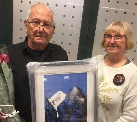 ÆRESMEDLEM: Arvid Ruus fikk blomster og et vakkert bilde som bevis på æresmedlemskapet. Kari Amundsen overrakte prisen.