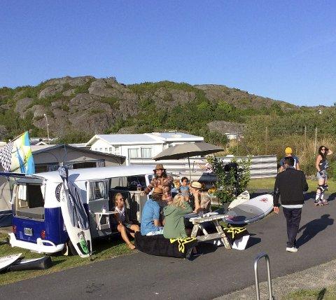 BOBIL: Familien Heftøy Carlsen reiser rundt i inn og utland med sin VW-buss.Det sosiale er det viktigste. Bussen har blitt filmstjerne, og har blitt brukt i noen reklamefilmer. Her fra et  reklameopptak med Peppes Pizza. Alle foto: Privat