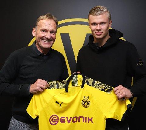 MÅL: Tyske Borussia Dortmund er Erling Braut Haalands nye arbeidsgiver. Her poserer han samme med klubbens styreleder, Hans-Joachim Watzke – og begge kan glise etter lørdagens kamp. Foto: Pressefoto: Borussia Dortmund