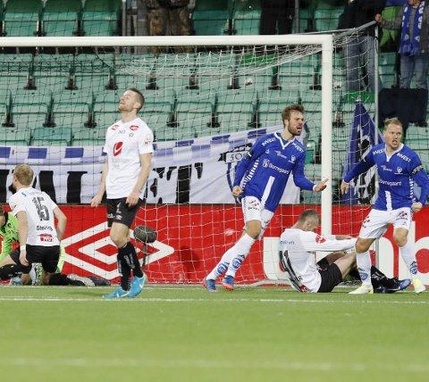 SEN UTLIGNING: Her jubler Sarpsborg 08s målscorer Matti Lund Nielsen (t.h.) og Patrick Mortensen etter 3-3-målet, mens Sogndal-spillerne fortviler. Alle bilder: Terje Bendiksby / NTB scanpix