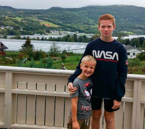 VINNERE: Brødrene Jone (11) og Aksel (4) Erdingås vant 2000 kroner.