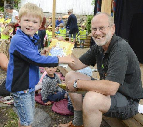 Barnas bokfest: Lukas (6 år) får sitt eksemplar av boken om «Lille SpøkElse som er redd for alt» i gave fra Bokbyens Jan Kløvstad. - Jeg gleder meg til å lese, sier Lukas begeistret.Foto: Mette Urdahl