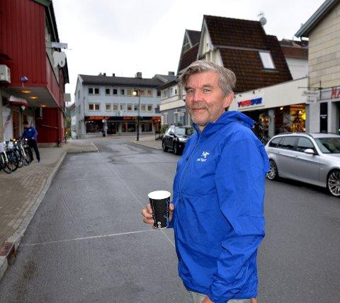 Kaffe på morgenen: Per Herman Isachsen er et kjent fjes i bybildet. I en årrekke har han engasjert seg for utviklinga av Fagernes med alt fra gangbru ved Kvitvellafossen, paviljonger ved Blåbærmyra og på Kviteberg, vannfontene i Strandefjorden, Skreddarhuset ved Neselva og Rakfiskfestivalen. Som daglig leder i Fagernes Sportsforretning rusler han ofte i Gullsmedvegen, slik som her.