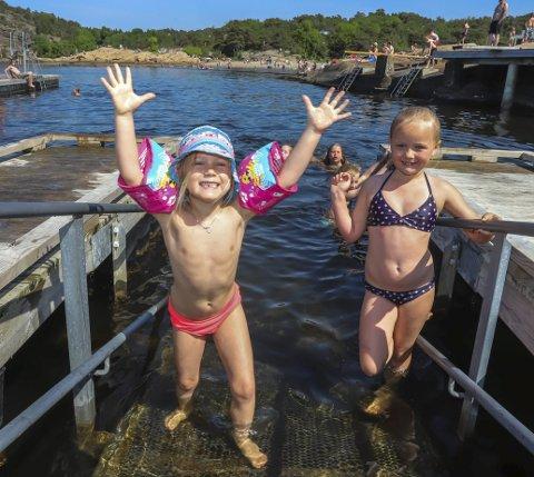 Hopper i det: Ella Helle Hansen (5) og Kaia Solli-Olsen (7) koser seg med bading og sol i Foten. De synes det er morsomt å bade fra brygga.