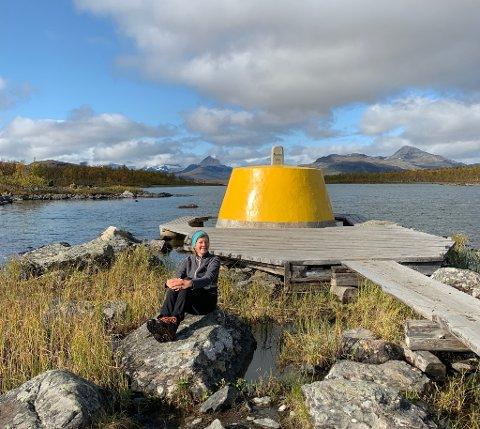 GÅTT LANGT: Anne-Line Pedersen fra Fredrikstad har gått Norge på langs. Her er hun ved Treriksrøysa hvor Norge, Sverige og Finland møtes.