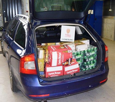Bilen full: – Når vi først stopper smuglere, er det ikke så vanskelig å finne alkoholen, sier tollvesenets Wenche Fredriksen.