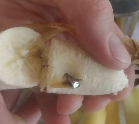 Familien fant spiker i en banan. Nå går Julia Gaczek ut og ber folk være oppmerksomme. Foto: Privat