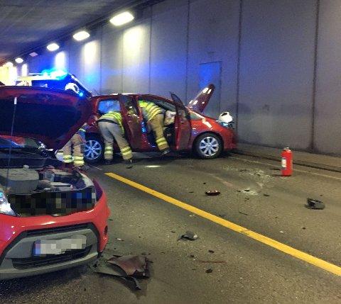 ULYKKE: Totalt tre biler var involvert i ulykken i Hortenstunnelen.