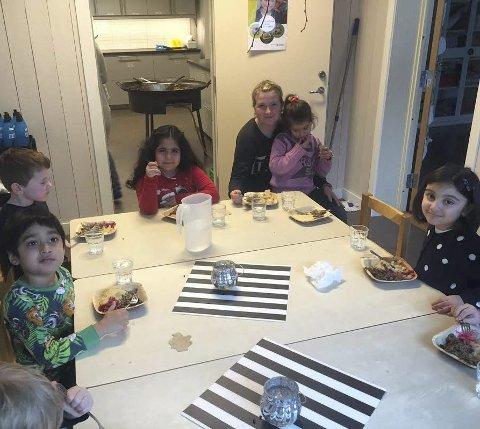 OMBYGGET: Tidligere personalrom er blitt rom for barnehageavdelingene. Her ved bordet: Mohammed, Alexander, Narin, Madeleine med Aicha på fanget og Marwah.