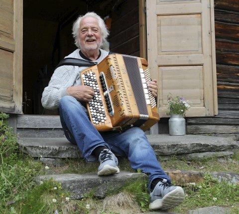 Kjetil Skaslien – 80 år: Han hadde ideen til Finnskogdagene, og fikk i stand arrangementet sammen med andre lokalpatrioter. Han gleder seg stort over at lokalbefolkningen og ildsjeler fortsatt makter å holde liv i det som er blitt en viktig tradisjon på Svullrya. bilder: kari Gjerstadberget