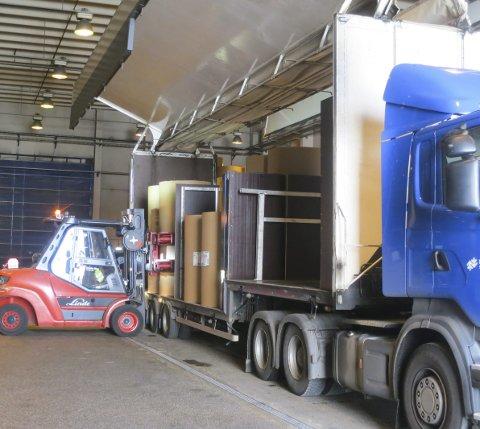 PÅ INNSIDEN AV DE HVITE VEGGENE: Sideveggene på trailerne løftes opp og sørger for at papirrullene kan plasseres inn fra sidene. Fordeling er regnet ut nøyaktig for riktig fordelt akseltrykk.