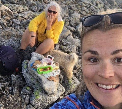 Evy Kjønø (60) og Lill Iren Hovda (37) fra Sveio er svært glade i å gå topptur. Fredag gikk det imidlertid ikke helt etter planen.