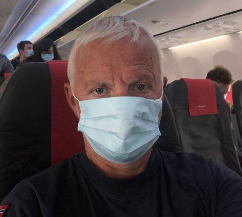 PÅ FLYET: Her er Hermod Larsen på flyet fra Oslo til Kirkenes.