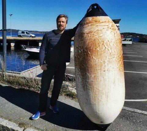 GEDIGEN: Kjetil Valldal fra Skåtøy fant en kjempestor fender drivende ved Danskekaia tirsdag.