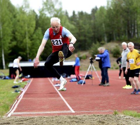 SUPEROLDEFAR: 82 år gamle Knut Henrik Skramstad, KIF, i aksjon under helgens veteran-NM i mangekamp på Furumo på Geithus.ALLE FOTO: OLE JOHN HOSTVEDT