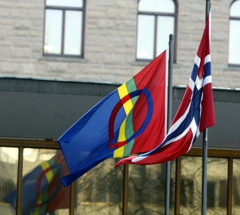 Oslo 20030206 Det samiske flagget vaiet  for første gang foran Regjeringsbygget  ved siden av det norske flagget på samenes nasjonaldag 6. februar.  Foto: Knut Falch / SCANPIX