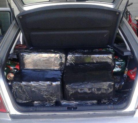 ALKOHOL: Tollerne fant 442 liter øl og 88 liter brennevin bak i denne bilen. Foto: Tolletaten