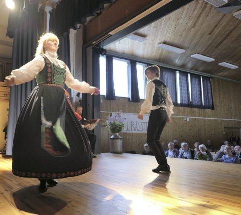 Tinngangar: Heidrun Midtbøen og Sondre Haugen danset til publikums store begeistring en flott tinngangar på kappleiken.