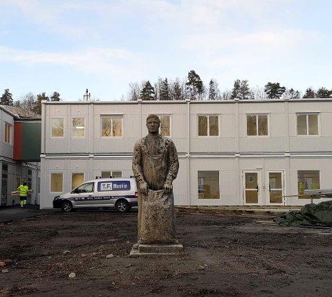"ØNKSER VELKOMMEN: Sementstatuen til Arne Druban står ved inngangen til torget. - Her passer han jo godt som en ""velkomstmann"" for besøkende ved inngangen til torget, synes Liv Holmesland."
