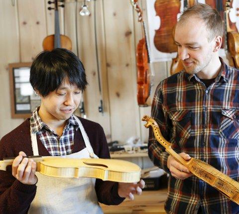 Felemaker: Keisuke Hara tok den lange turen fra Japan til Norge for å lære å lage hardingfeler. Og faget lærer han hos Ottar Kåsa i Bø. foto: Christine nevervik