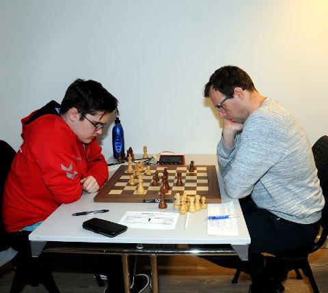 UTFORDRET: Andreas Sebastian (t.v.) fra Porsgrunn sjakklubb leverte et bra parti mot han som var rangert som best før Grenland Grand Prix, Maxim Devereaux. 16-åringen ble til slutt nummer fem og beste telemarking.