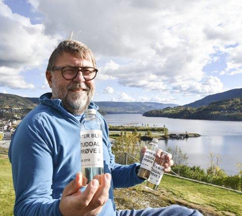Lokalakevitt: – Klart destinasjonen Tuddal må ha sin egen akevitt, mente Terje Wårås og gjorde noe med det. 2. november lanseres den lokale utgaven og kort tid etter kommer den på Vinmonopolet.