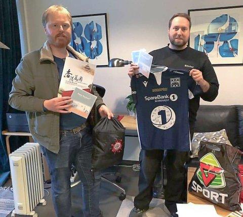GAVER: Anders Tangvik (til venstre) og Stig Arne Sæther Bøe i JCI Kristiansund deler ut billetter og gavekort til krisesenteret gjennom prosjektet Go' jul t aille.