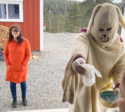 Påskekaninen fra Vegårshei barnehage, Mona Urfjell Myre og pedagogisk leder Marit Flaten besøker barna i dag.