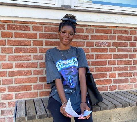 Mariame Nkenge Thsimbila (15) skriver under på kontrakt på Nordpolen skole. Det blir hennes første ordentlige møte med arbeidslivet.