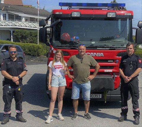 Emma får skryt av brannvesenet etter at hun reagerte lynraskt. Fra venstre: Morten Moberg, Emma Søreide Bergheim, Dag Rune Klakegg og Jan Olav Birkeland.