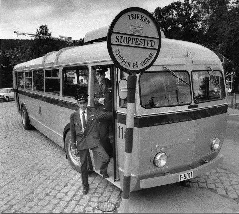 Nils Zimmermann (t.v.) og Ole Kristian Gripp sørger for i  nostalgisk setting at trikken stopper på signal.  06.08.(?) 1989
