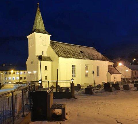 Honningsvåg kirke bader seg i lys i mørket.