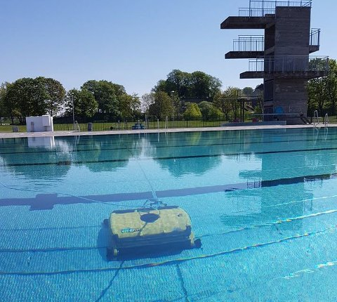 STENGT: Friluftsbadet på Kongsten gjøres i disse dager klart til sommeren, men tross sommervær er det ennå ikke klart.