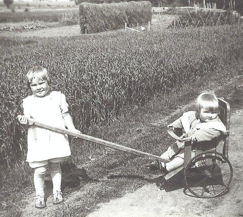 Søstre: De to eldste søsknene Gunhild (t.v.) og Ella fotografert på Sandstad på slutten av 30-tallet.Foto: Privat